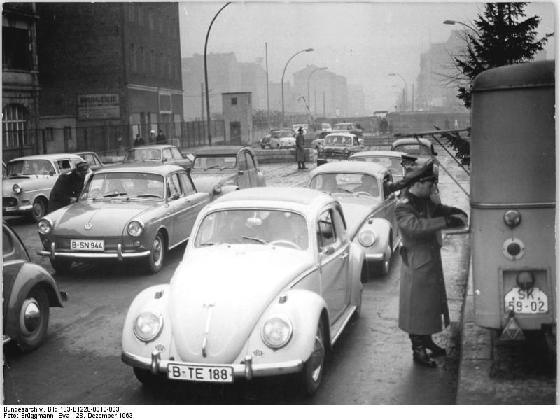 Bundesarchiv Bild 183-B1228-0010-003, Berlin, West-Berliner Besucher in Ostberlin