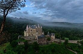 Burg Eltz am frühen Morgen.jpg
