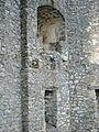Burgruine Reußenstein- Tonnenfenster mit Fensterbank, darunter ein Toilettenerker (7574052706).jpg