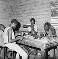 COLLECTIE TROPENMUSEUM Het maken van de wasmodellen in een bronsgieterij te Ouagadougou TMnr 20010653.jpg