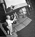 COLLECTIE TROPENMUSEUM Medewerker van de sterrenwacht te Lembang bij een telescoop TMnr 10003956.jpg