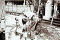 COLLECTIE TROPENMUSEUM Militaire arts onderzoekt een kind TMnr 10029204.jpg