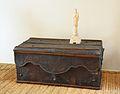 Caixa o bagul de cuir clavetejat, segles XVI, Museu de Ceràmica de València.JPG