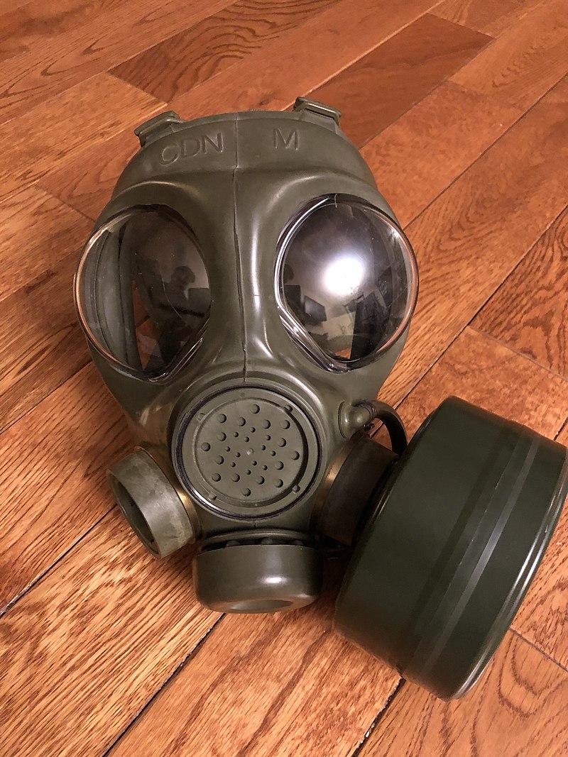 800px-Canadian_C4_gas_mask.jpg