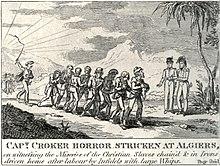 Huit hommes enchaînés sont conduits par un homme agitant un fouet sous le regard de deux hommes en habit d'officier.