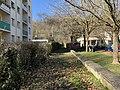 Chemin piéton en herbe longeant le square Sédallian (Lyon).jpg