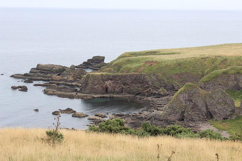 File:Coastline between Stonehaven and Dunnottar.JPG