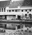 Collectie NMvWereldculturen, TM-20000910, Negatief, 'Gezicht op bebouwing aan de oever van Kali Besar in het oude stadsgedeelte', fotograaf Boy Lawson, 1971.jpg