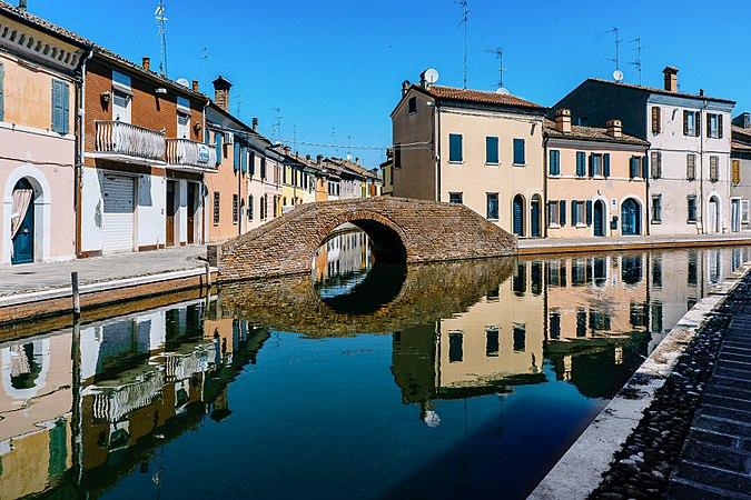 Comacchio allo specchio - Ponte dei Sisti.jpg