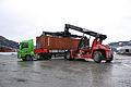 Containeromlasting i Orkanger havn (7093121879).jpg