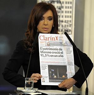 Conflict between Kirchnerism and the media - President Cristina Fernández de Kirchner with a Clarín newspaper