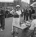 Dam tot Dam race , eerste dag, Dick van Rijn (AVRO) op Dam. Hij zal als passagie, Bestanddeelnr 910-6150.jpg