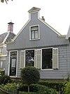foto van Eenvoudig houten huis met zadeldak