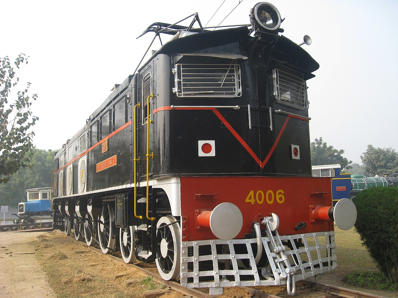 El juego de las imagenes-http://upload.wikimedia.org/wikipedia/commons/thumb/3/37/Delhi_Railway_Museum_Electric_locomotive_4006.jpg/1280px-Delhi_Railway_Museum_Electric_locomotive_4006.jpg