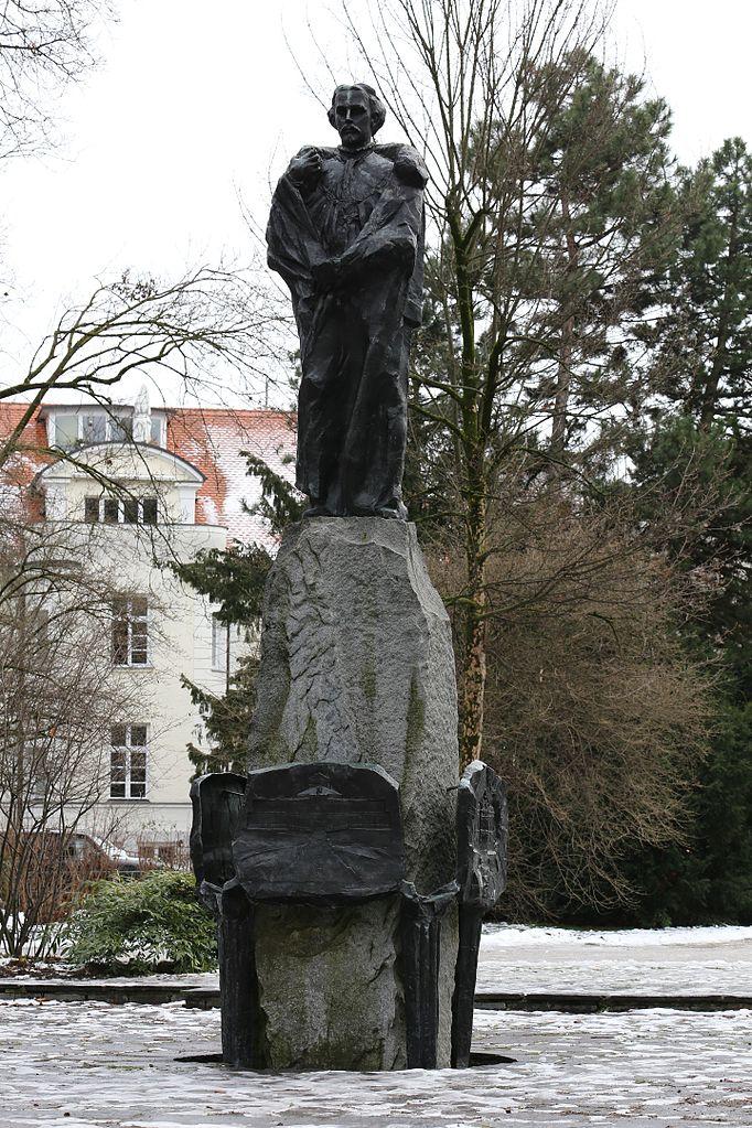 682px-Denkmal_Ludwig_II%2C_Maximiliansanlagen_Winter_Muenchen-3.jpg