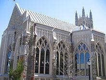 ventanas de arco e intrincados-tamaño de una catedral en la capilla son bien visibles en el primer plano con mayor capilla alza, alcanzando un máximo en la parte superior