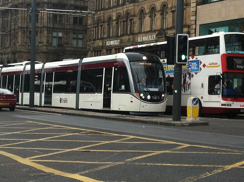 चित्र:Edinburgh tram in Princes Street, 21 June 2014.jpg