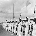 Een erewacht van verpleegsters in de haven van Willemstad, Bestanddeelnr 252-3581.jpg