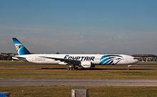 Boeing 777-300ER dell'Egyptair nell'aeroporto di Londra Heathrow
