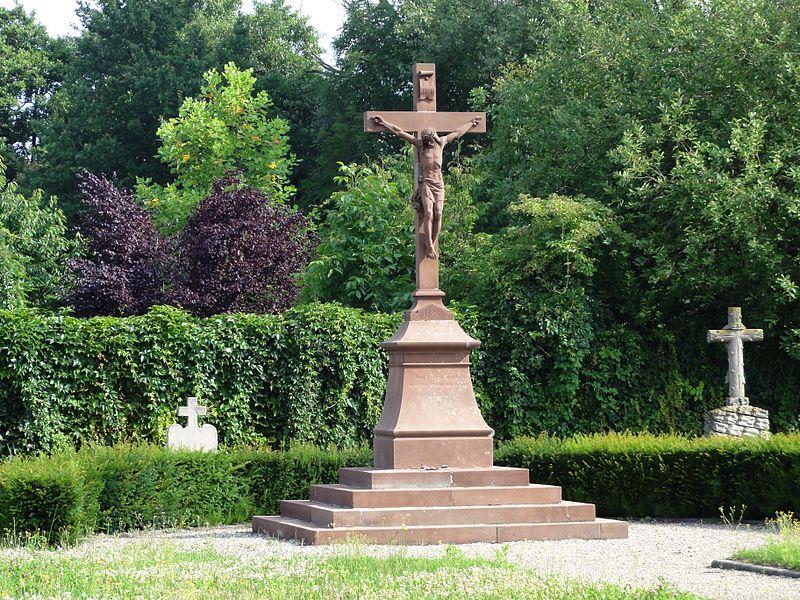 Alsace, Bas-Rhin, Eschau, Croix dans le cimetière.