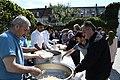 Fællesspisning i gården ved den nye moske i Allehelgensgade (42033478781).jpg