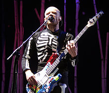 Flea actuant amb els Red Hot Chili Peppers al Castell de Slane el 23 d'agost de 2003.