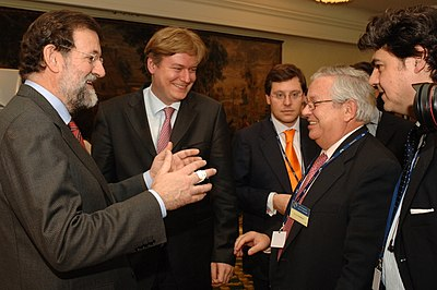 Fernando Jáuregui, segundo por la derecha