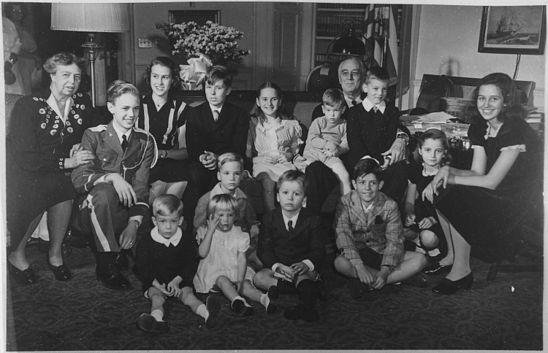 https://upload.wikimedia.org/wikipedia/commons/thumb/3/37/Franklin_D._Roosevelt_and_E.R._with_their_13_grandchildren_in_Washington%2C_D.C_-_NARA_-_196851.jpg/548px-Franklin_D._Roosevelt_and_E.R._with_their_13_grandchildren_in_Washington%2C_D.C_-_NARA_-_196851.jpg