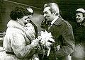 Główny dyrektor Stoczni gdańskie im. Lenina składa gratulacje matce chrzestnej okrętu..jpg