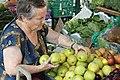 Gammel dame kjøper epler.JPG