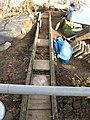Gartenweg-Anlage, Wurzelschutz-Vlies, darauf grober Schutt, dann feinerer Schutt, zuletzt Feinsplitt, 27. 11. 2012, 13-39 - panoramio.jpg