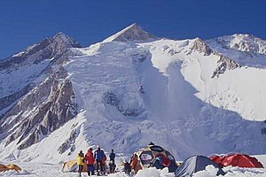 links der Gasherbrum III, in der Mitte der Gasherbrum II