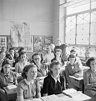 Girls at Albany Senior School in Enfield during a lesson on American History, 1943. D13781.jpg