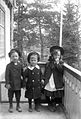 Gruppbild. Gösta Rydbeck, Ingemar Ihre och Ingrid Rydbeck i Framnäsviken O. villa - Nordiska Museet - NMA.0056925.jpg