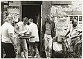 Hans Bosshardt (rechts) zie met lede ogen aan hoe schoonmakers zijn huis leeghalen.JPG