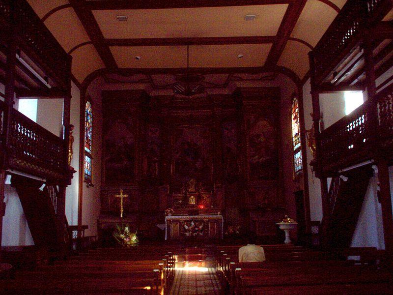 La chiesa di Hélétte (F-64640), con la tipica architettura delle chiese basche: gallerie di legno scolpito e navata unica.