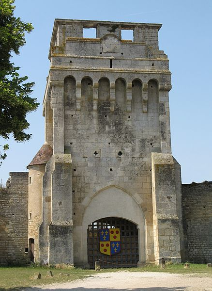 Hoofdpoort van het kasteel van Druyes-les-Belles-Fontaine, Yonne, Bourgondië, Frankrijk. Het kasteel werd gebouw eind XIIe eeuw door de graven van Nevers.