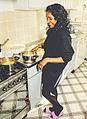 Hindustaanse vrouw die thuis kookt.jpg