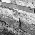 Interieur begane grond van het voormalige woonkloosterdeel met gemetseld riool en sporen van muurstijlen op natuursteen neuten. Detail - Leiden - 20135273 - RCE.jpg