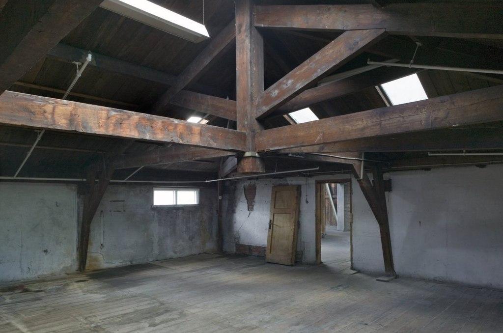File interieur tweede verdieping overzicht van ruimte met houten kapconstructie met hangspant - Ruimte model kamer houten ...