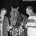 Jan Wagenaar jr. en echtgenote bij het paard, Bestanddeelnr 918-3334.jpg