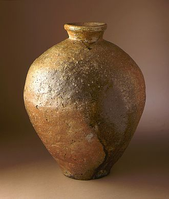 Shigaraki ware - Shigaraki stoneware jar with natural brown and yellow glaze, Muromachi period, early 15th century