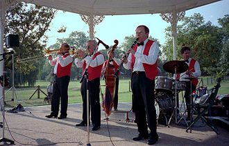 Jazz band - The Magna Jazz Band performs at The Queens Park (1988)
