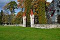 Juuru kirikuaia piirdemüür värava ja päikesekellaga1.jpg
