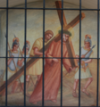Kärntner Kreuzweg - Simon von Cyrene hilft Jesus das Kreuz tragen.png
