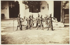 KITLV 3917 - Kassian Céphas - Dancers from the sultan of Yogyakarta perform a dance called Beksan Taroena engulfing III - Around 1885.tif