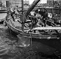 Kalastaja-aluksesta myydään tuoretta kalaa Kauppatorin rannassa. - N1992 (hkm.HKMS000005-000001bu).jpg