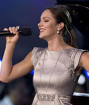 English: Singer Katherine McPhee and pianist L...