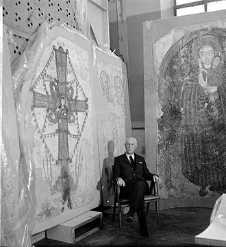 Kazimierz Michałowski - Kazimierz Michałowski in front of wall paintings from Faras, 1960s