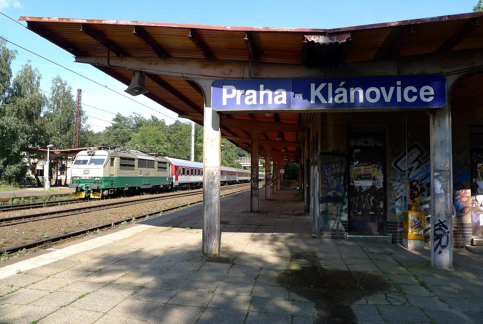 https://upload.wikimedia.org/wikipedia/commons/thumb/3/37/Klanovicke_nadrazi_-_2009.JPG/1920px-Klanovicke_nadrazi_-_2009.JPG